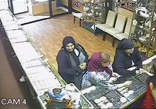 perempuan mencuri barang kemas sembunyi sorok dalam skirt kain, cctv, kantoi, 3gp, dalam kedai