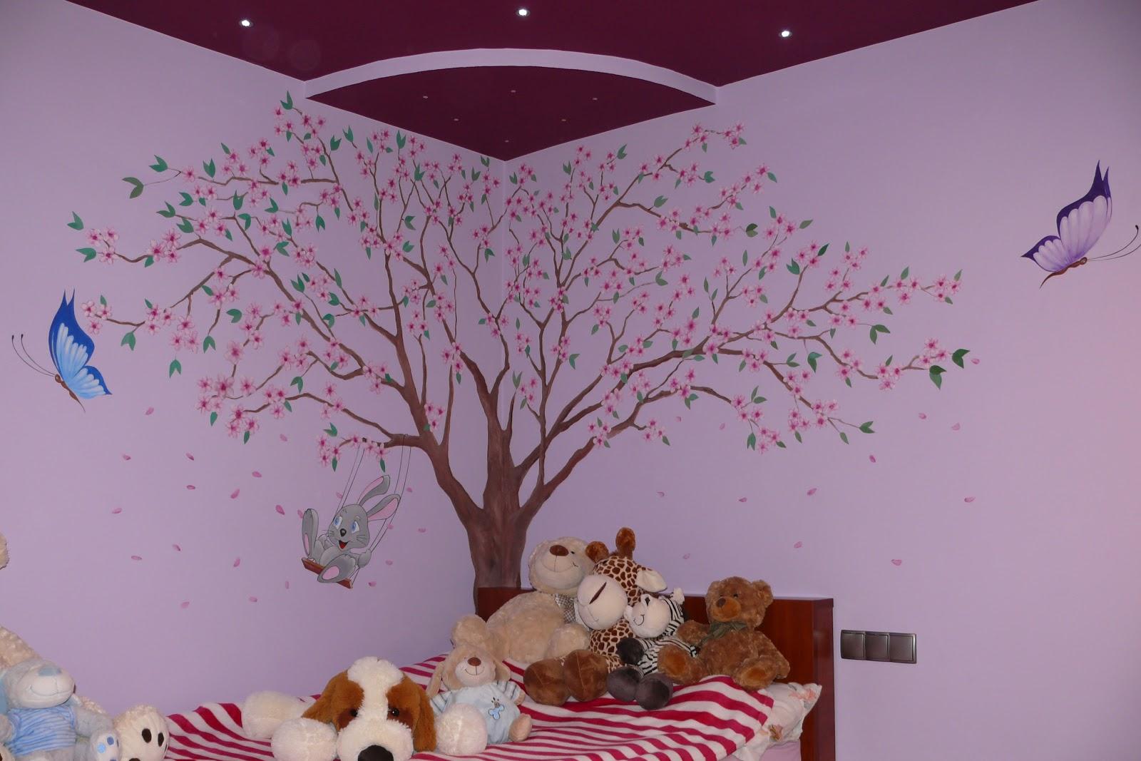 Malowanie drzewa na ścianie w pokoju dziewczynki, motylki w pokoju dziewczynki
