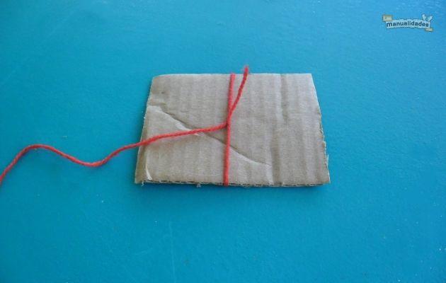 Y envuelve la lana alrededor del cart n para hacer el - Dispensador bolsas plastico ...