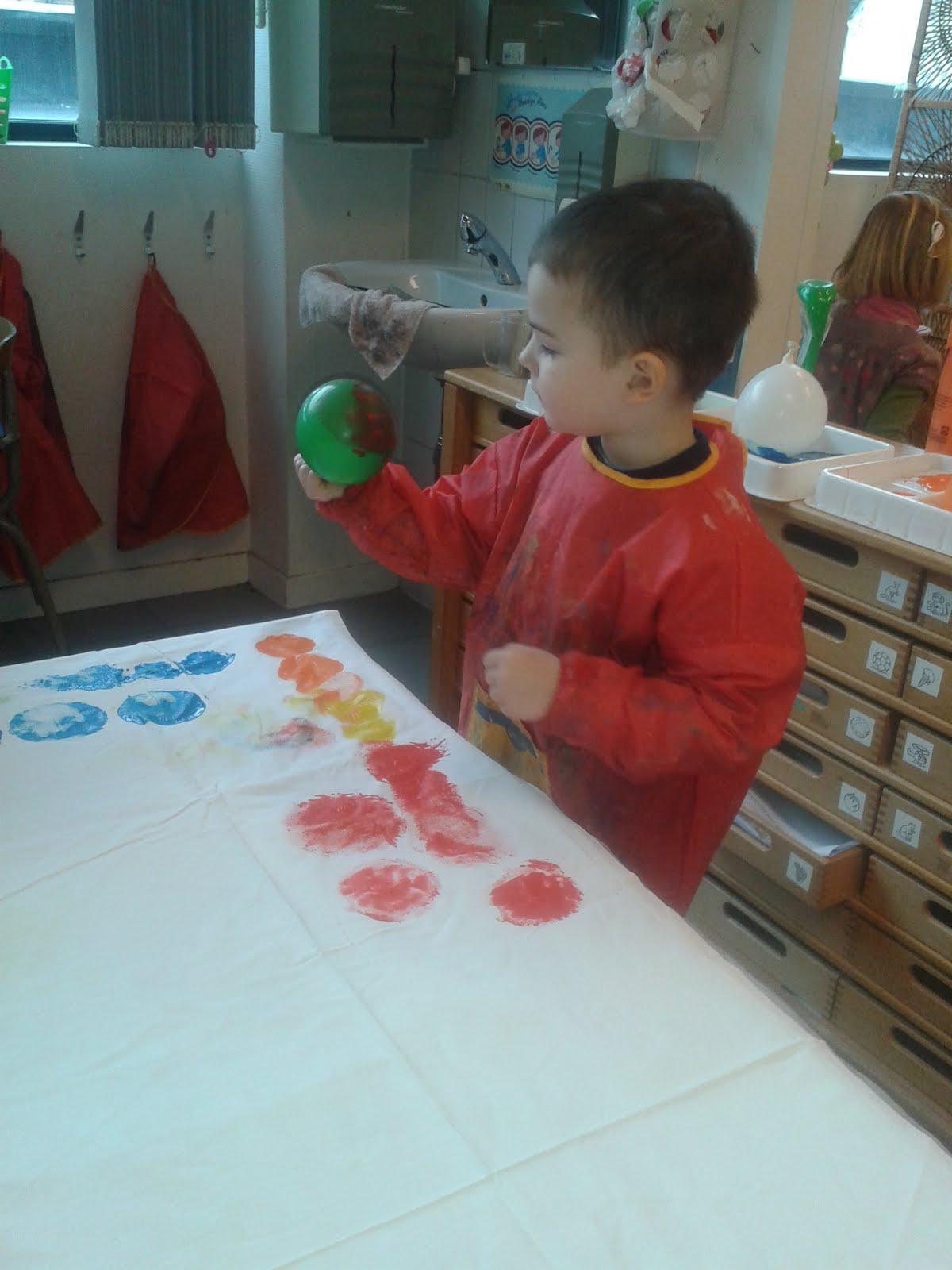 Techniek/ stempelen met waterballons/ hoe meer water hoe groter verfvlek
