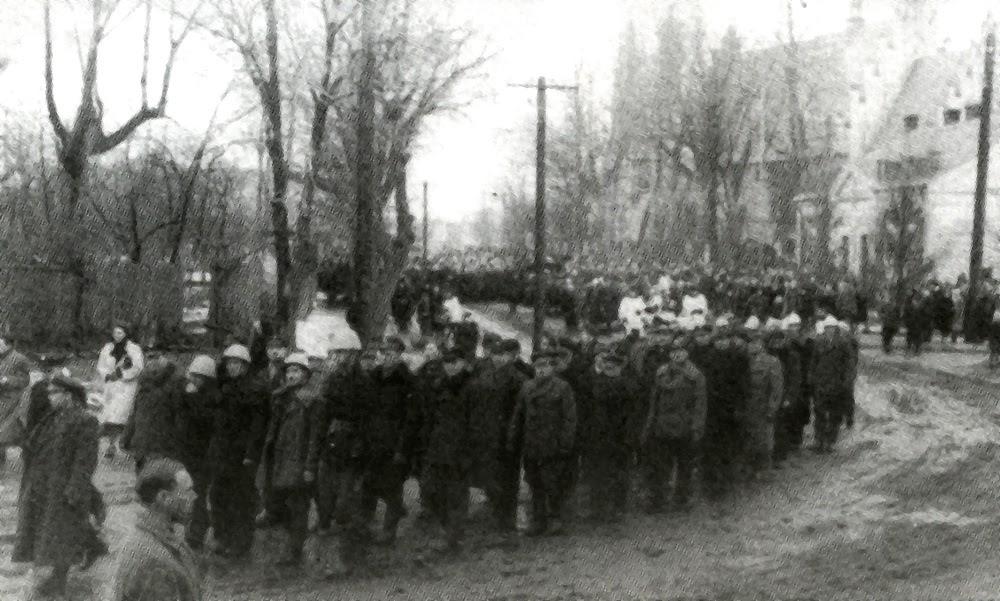 Końskie, druga połowa stycznia 1945 r. Pogrzeb mieszkańców Kornicy rozstrzelanych 23 września 1943 r. w Baryczy.  Fotografia z 1945 r. pochodzi z książki Marka Piwowarczyka, Kornica.