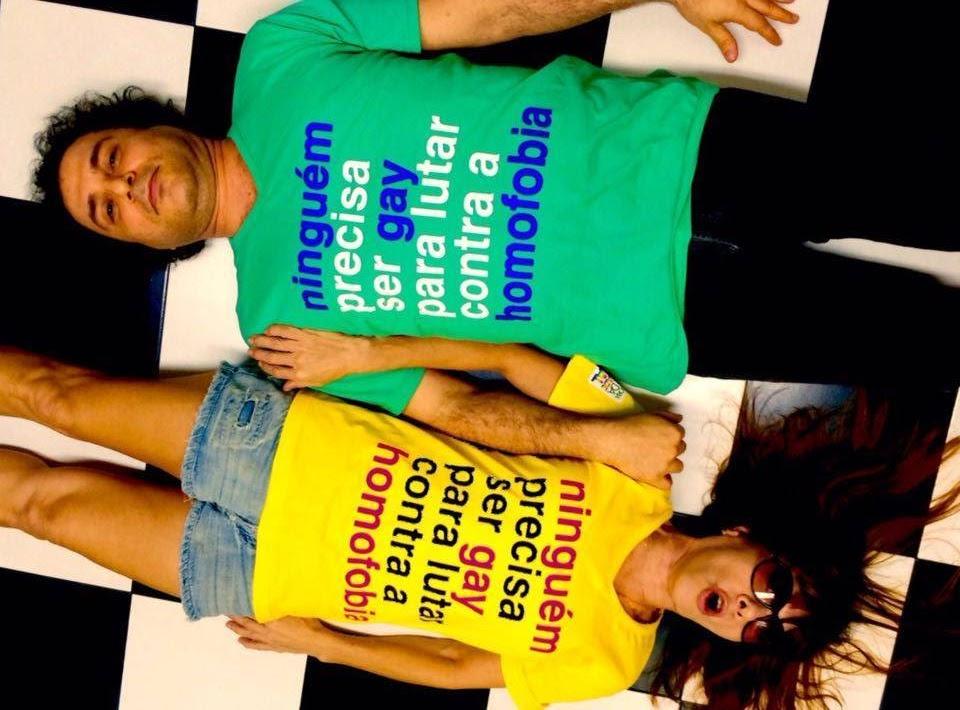 Frejat, do Barão Vermelho, e sua esposa vestem blusa contra a LGBTfobia
