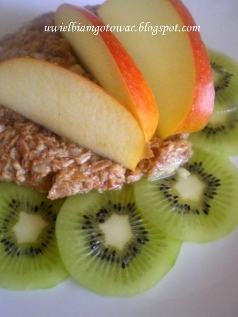 Sałatka z tuńczyka, kiwi i jabłka