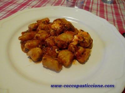 gnocchi con pomodoro pesto ricco e stracciatella di bufala