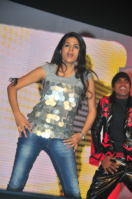 Sraddha Das Sizzles at Big FM Telugu Movie Awards 2011