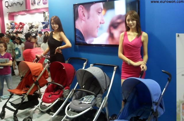 Modelos coreanas guapas promocionando cochecitos para bebé