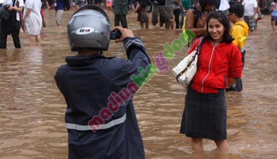 http://www.opoae.com/2013/03/foto-narsis-remaja-ketika-jakarta.html