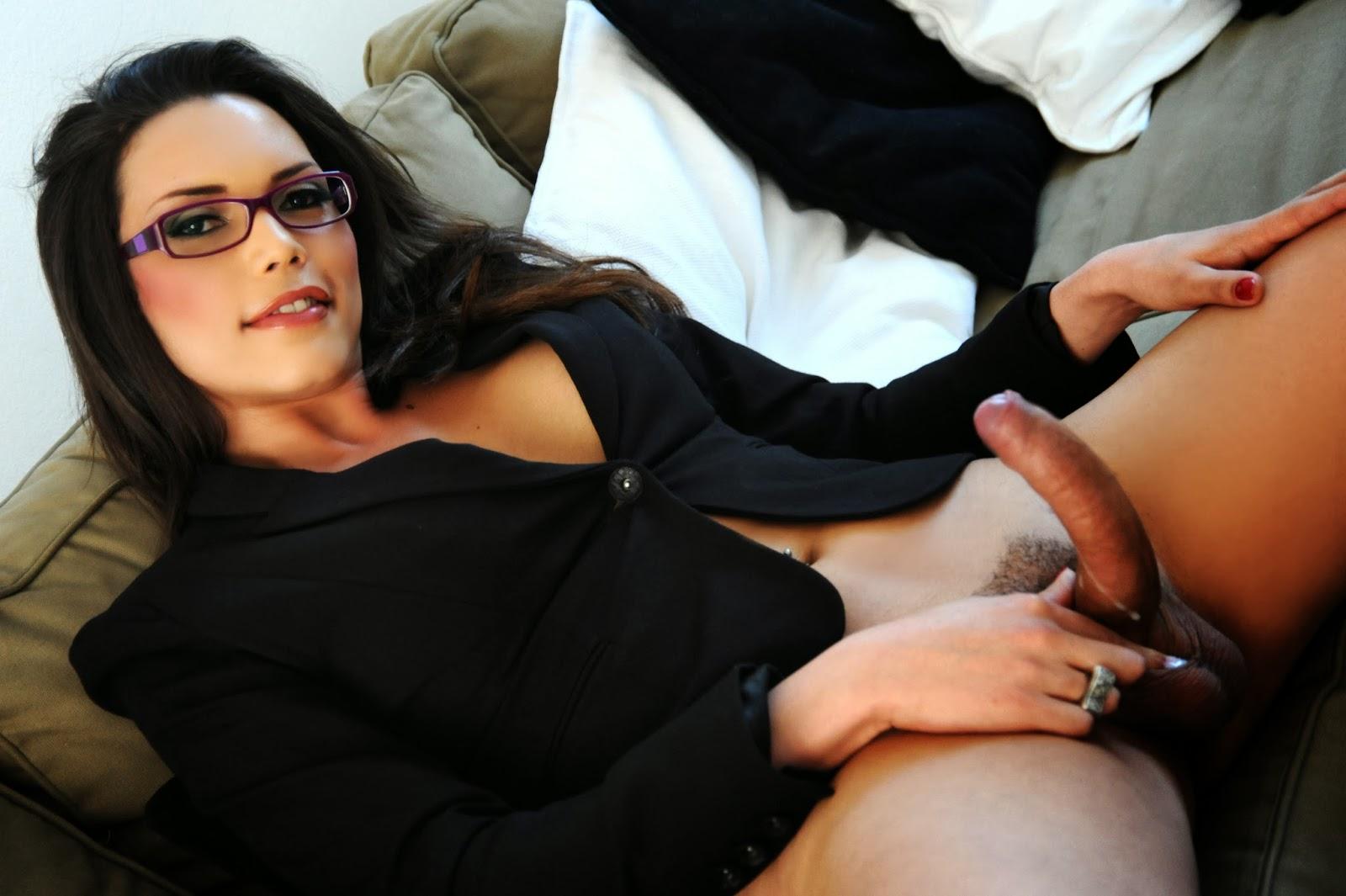 Удивлением брюнетка трансвестит