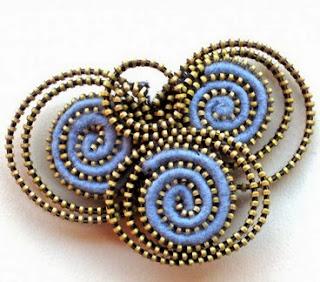 http://www.porcuatrocuartos.com/trabajando-con-fieltro-y-cremalleras-broche-con-espirales/2499