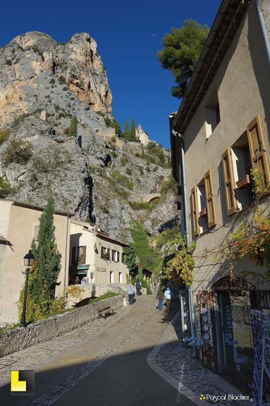 la chapelle qui surplombe les ruelles de moustiers photo pascal blachier