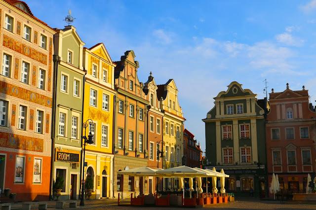 Praça do Mercado e suas lindas casas coloridas, em Poznan.