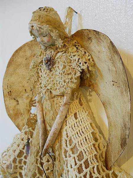 aniol z masy papierowej z koronkami