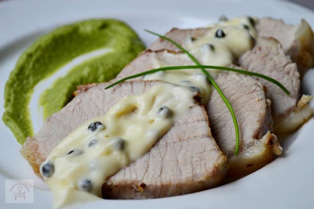 Muschi de porc cu piure de mazare si sos de piper verde
