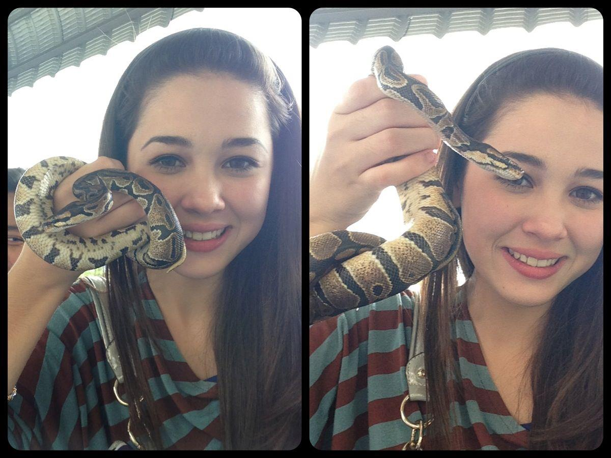 gambar emma maembong pegang ular
