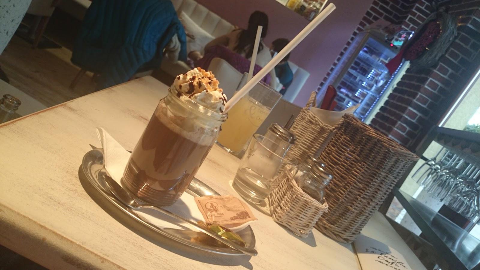 Horká čokoláda v La Familia Café