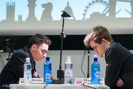 Ronde 2 : avec les Blancs, le champion du monde d'échecs norvégien Magnus Carlsen n'a pas été en mesure de poser des problèmes à Fabiano Caruana