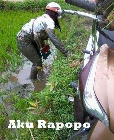 Pakai Motor Awewe Kecemplong Sawah