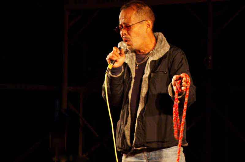 Ryukyu Life: 12 Photos of Singers on Stage at a Xmas Festival
