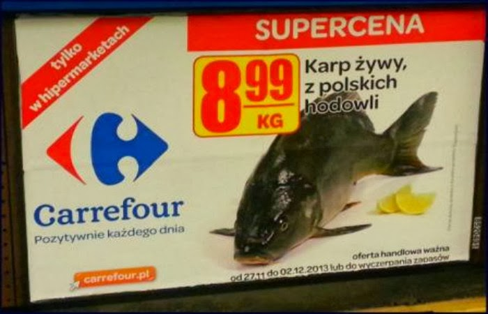 Obraz: billboard reklamujący sklep Carrefour i promocję na karpia