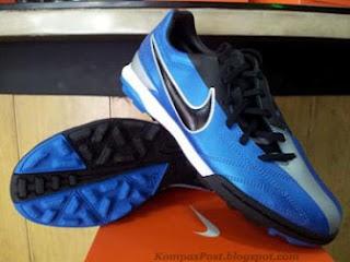 Sepatu Nike Futsal Rumput Sintetik T90 Shoot IV Soar Silver Harga: Rp. 615,000