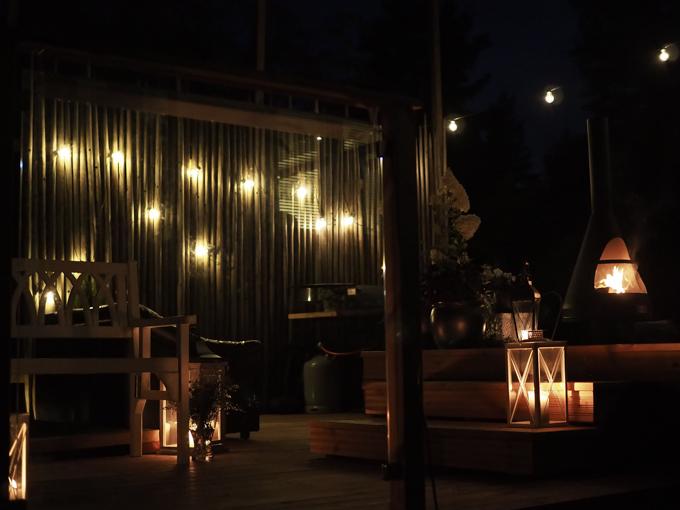 terassi valaistus yö, terassin valot pimeällä, ulkotakka, valoköynnös terassille