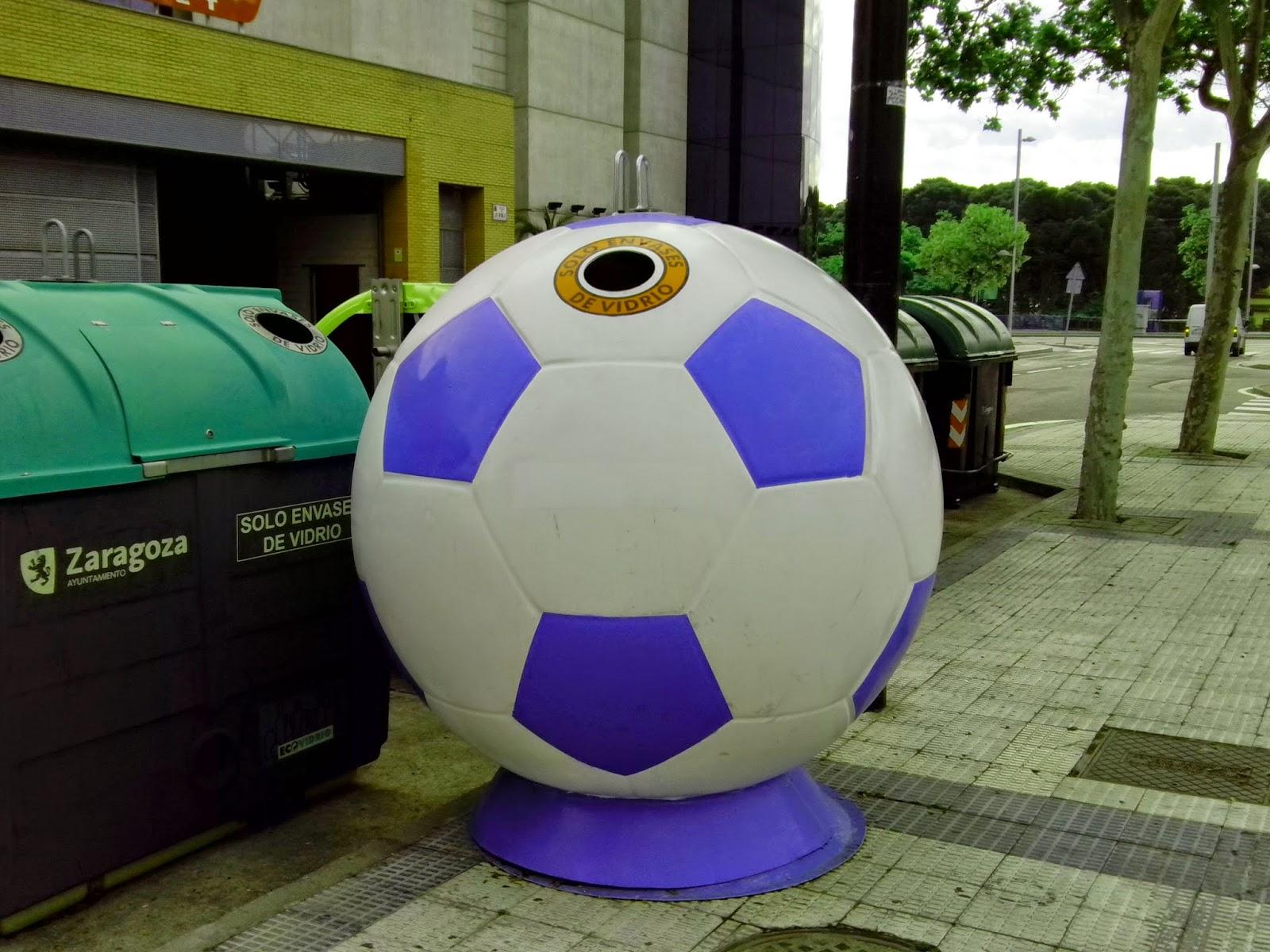 Contenedores de vidrio con forma de balón de futbol azul y blanco en los alrededores de la Romareda Zaragoza
