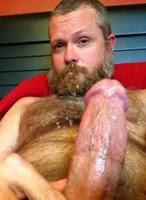 O barbudo gozou e melou o peito peludo