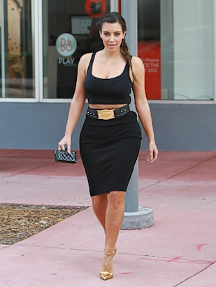 womenstyles kim kardashian shows off hourglass figure
