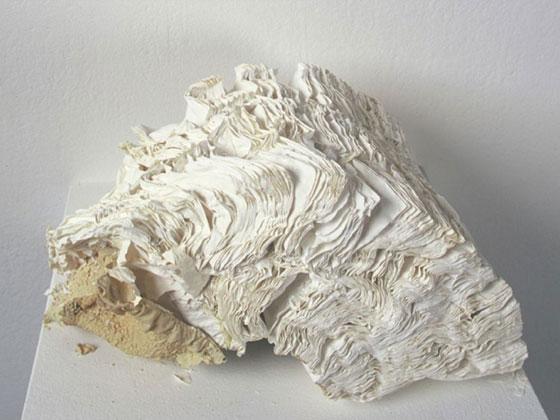 Textures e patterns materici nelle sculture di libri di jacqueline