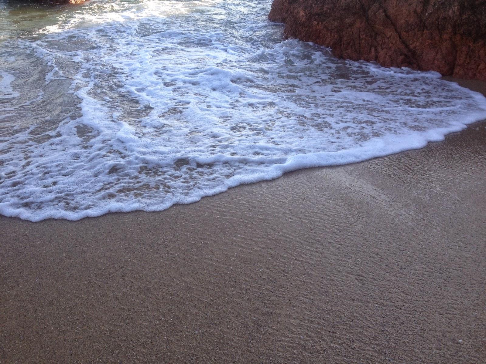 Agua llegando a la playaen la  Praia de Areas (Sanxenxo)