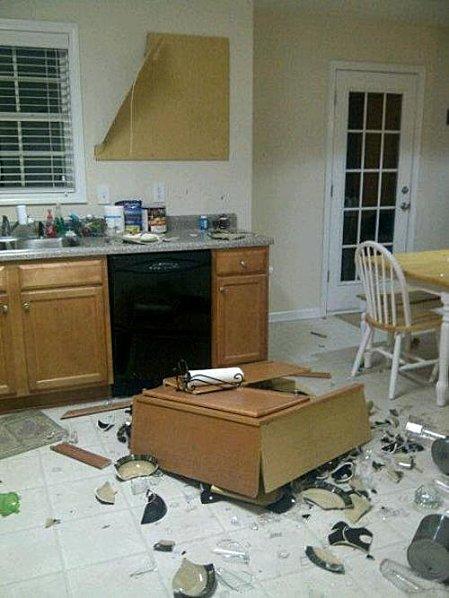 Un point de colle, deux bouts de scotch, et voilà un meuble de cuisine installé en 30 minutes (et désinstallé en 30 millisecondes).
