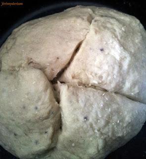 Détail sur le pain en boule, gourmand voulant nous attaquer, et pourtant entaillé!