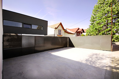 pintu gerbang rumah minimalis hitam putih