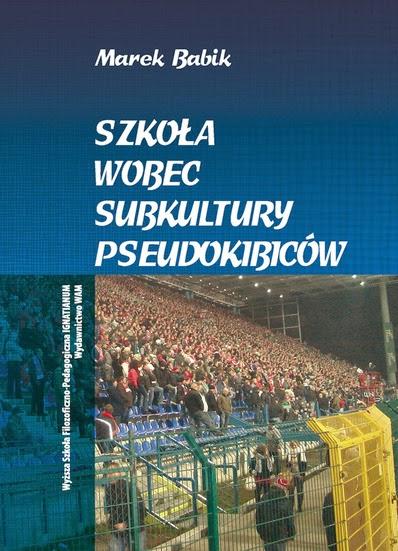 """Okładka książki """"Szkoła wobec subkultury kibiców"""" Marka Babika"""