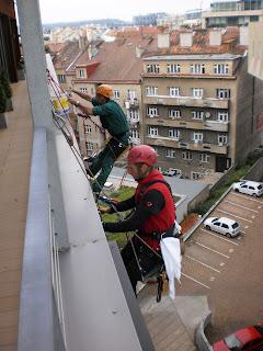 Mytí a ošetření prosklených ploch ve výškách pomocí horolezců