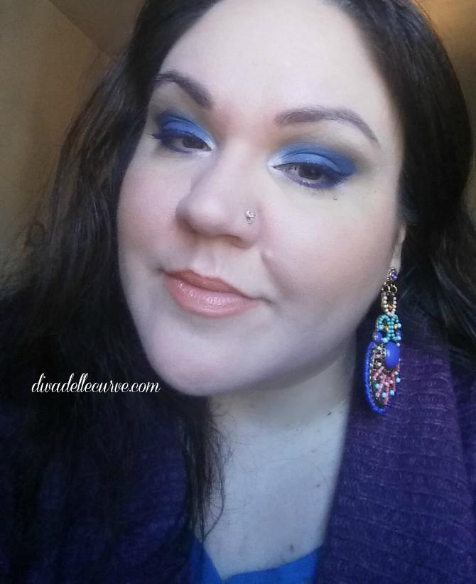 makeup ecobio con smokey eye blu e labbra pesca