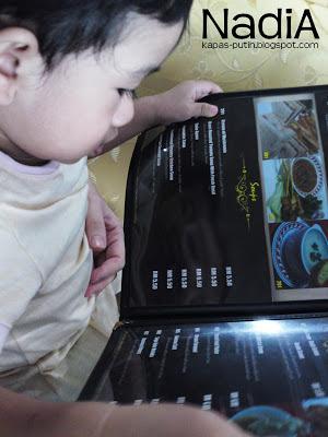 Baby sibuk baca menu