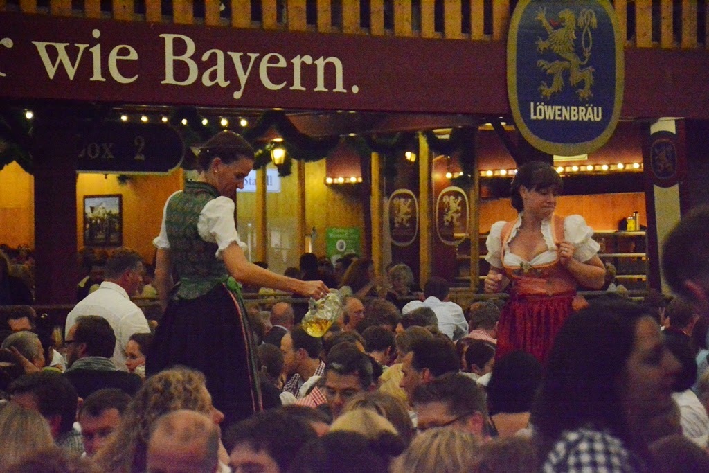 Oktoberfest Munchen 2014 girls dancing on tables