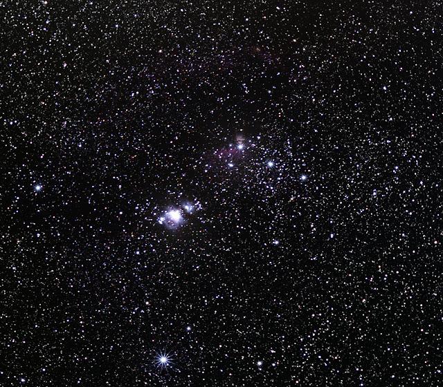 Ba ngôi sao thẳng hàng và cách khoảng nhau tương đối đều là Thắt lưng của chàng thợ săn Orion. Một đường thẳng nối bên dưới thắt lưng là Thanh gươm của Orion, tinh vân Orion là một phần của thanh gươm và nó nằm ở giữa thanh gươm này. Hình ảnh này được chụp bởi ESO - Đài quan sát nam Châu Âu. Nếu bạn quan sát qua ống nhòm thì bạn sẽ thấy được tinh vân này, còn muốn chi tiết hơn thì hãy dùng kính thiên văn. Credit : ESO.