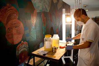 """Restaurador trabalhando na restauração de um dos paineis """"Guerra e Paz"""", de Portinari"""