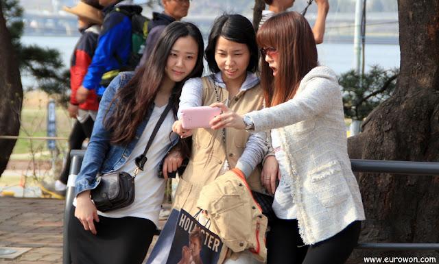 Tres chicas coreanas sacándose una foto selka