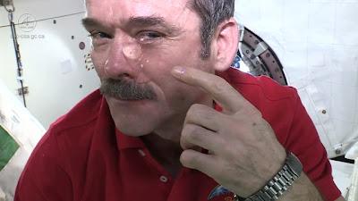 Chris Hadfield, astronauta muestra qué sucede con las lágrimas en el espacio