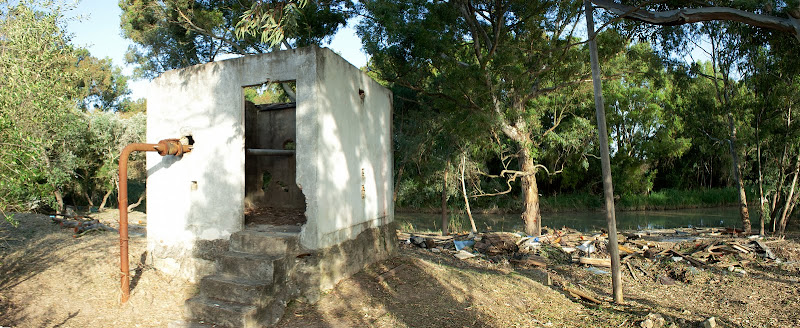 Caseta abandonada de una pequeña estación de bombeo (mayo 2011)