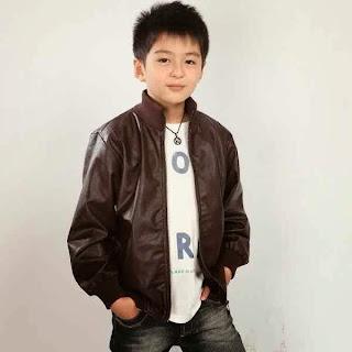 Anak laki-laki ganteng dengan jaket kulit yang keren