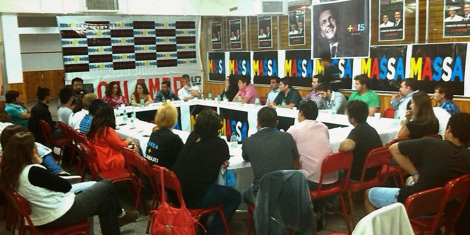 Dirigentes juveniles de Pueblo Nuevo en pleno debate