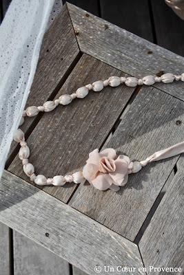 Collier de perle et fleur en tissu