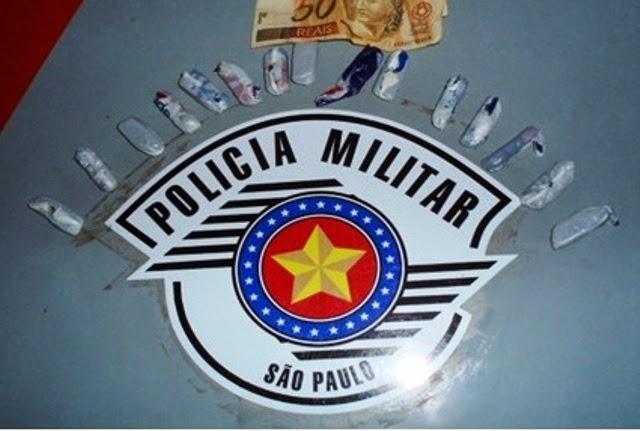 POLÍCIA MILITAR FLAGRA ADOLESCENTE TRAFICANDO DROGAS EM FRENTE A ESCOLA DE REGISTRO-SP