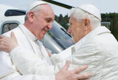 Papa Francisco se encontra com Bento XVI e rezam juntos em em Castel Gandolfo