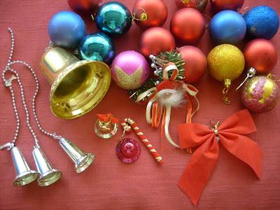 Muchos adornos de navidad en una sola imagen