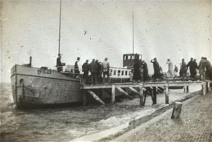 Veerboot 'Willi' aan de steiger bij Zwarte Haan. Ca. 1920.
